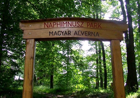 Mátraháza szintén klimatikus gyógyhely. A képen a Naphimnusz park bejárata látható, melyet a ferences rend hozott létre, hogy a kirándulók a természet szépségében gyönyörködve ismerjék meg Assisi Szent Ferenc Naphimnuszának egyes versszakait és üzenetét.