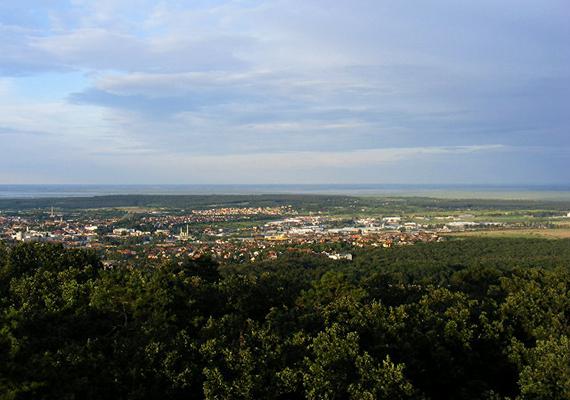 Csakúgy, mint a Soproni-hegység, mely az Alpok közelségének köszönheti jótékony, kímélő klímáját. A kép a Károly-kilátóból készült.