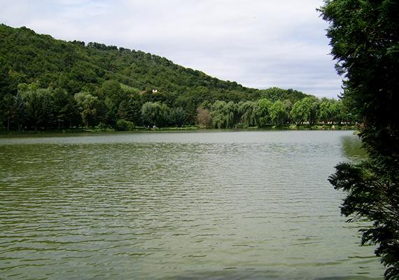 A kőszegi Csónakázó-tó népszerű pihenőhely, emellett innen indul a Kálvária-templomhoz vezető, stációkkal szegélyezett útvonal is. Érdemes felmenni a templomhoz, gyönyörű hely és különleges építmény, melynek 70 ezer tégláját a legenda szerint a hívek kezükben hordták fel a dombra. Innek nem messze található továbbá az Ausztria felé néző Trianoni kereszt is.