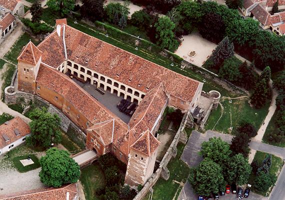 Kőszeg a műemléki jegyzék alapján 326 védettség alatt álló épületetet, építményt tudhat a magáénak, így hasonló jellegű látnivalóit nehéz volna felsorolni, az egyik legmeghatározóbb azonban a híres kőszegi vár, melynek kiemelkedő szerepe volt történelmünkben. 1532-ben Jurisics Miklós várkapitány itt verte vissza a törökök ostromát, megakadályozva ezzel, hogy elfoglalják Bécset és Nyugat-Magyarországot. A kőszegiek máig büszkék minderre, hagyományos történelmi játékkal is felelevenítik az eseményeket, emellett nemcsak délben, de 11 órakor is meghúzzák a harangokat.