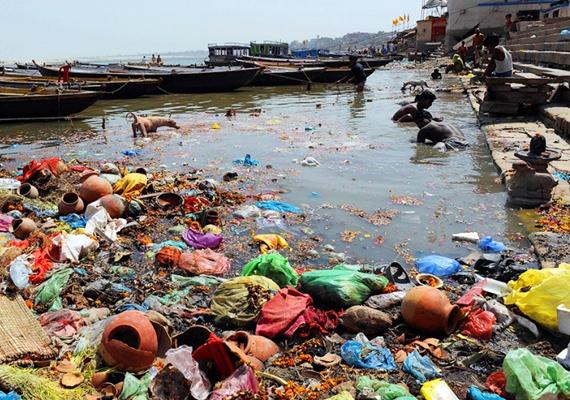 Banglades fővárosában, Dhakában nemcsak a légszennyezettség miatt aggasztó a helyzet, hanem a vizek állapota miatt is, köszönhetően annak, hogy a szemét az utcán landol, hiszen nincsenek utcai szeméttárolók.