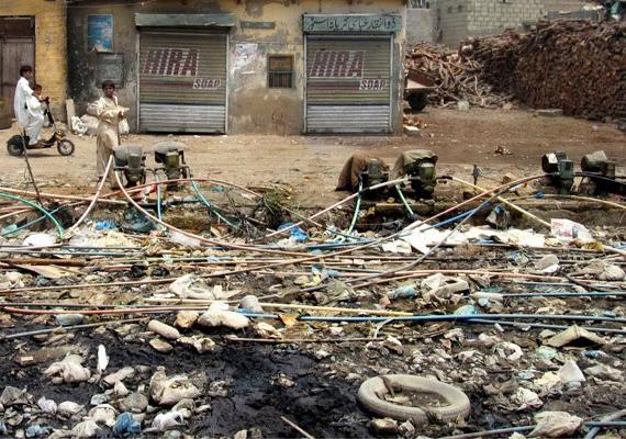 Pakisztán fővárosában, Karachiban a levegő és az utcák porának, valamint a zajszennyezettségnek köszönhetően a lakosság 35%-a szenved valamilyen krónikus betegségben, például szív- és tüdőelégtelenségben.