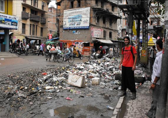 Kathmanduban, Nepálban szintén nagy szegénység uralkodik, ami a város küllemén is meglátszik: olyan rendetlenség van az utcákon, mint egy magyar lomtalanítás során, amit csak tetőz, hogy itt folyton meleg van, vagyis állandóan érezni lehet az erjedő szemét szagát.
