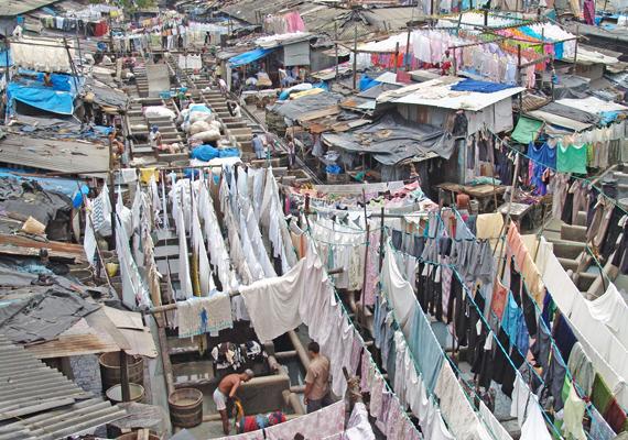 Mumbai a világ legszennyezettebb városa, a szemétkupacok szerteszét hevernek az utcán, a házak tetején, vagy, ahol éppen elférnek, így az egész városban orrfacsaró szag terjeng.