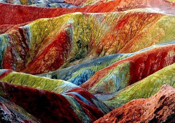 A listán első helyen szerepel a kínai Danxia felszíni forma, mely valóban ritka és szép látvány: színét főként a vörös homokkőnek köszönheti.
