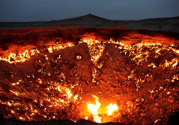 A tizedik helyen az évtizedek óta lángoló, türkmenisztáni Darvaza-kráter áll: ha szeretnél róla többet tudni, kattints ide!