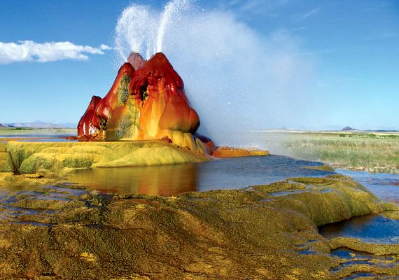 A kilencedik helyen szereplő amerikai egyesült államokbeli, nevadai Fly Geyser a kicsapódó ásványi anyagoknak köszönheti furcsa látványát.