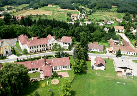 A Vas megyében, a hármashatár mellett fekvő Felsőszölnök az ország legnyugatibb falva. Nagy százalékban a vendek, vagyis a magyarországi szlovének lakják.