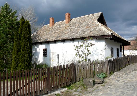 Hollókő valószínűleg az a magyar falu, amelyet a legtöbben ismernek külföldön, köszönhetően annak, hogy az egyetlen olyan magyar község, amely szerepel az UNESCO Világörökség helyszíneinek listáján. 1987-ben került fel rá, mivel páratlan és élő példája a 20. századot megelőző falusi élet eredeti állapotban való megőrzésének. Ha megismernéd a többi magyar világörökségi helyszínt is, kattints ide!