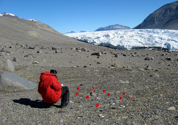 Az Antarktiszon lévő McMurdo Dry Valleys, vagyis McMurdo száraz völgyek a Victoria Land és a McMurdo Sound között találhatók.