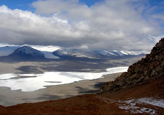A Dry Valleys mintegy 15 ezer négyzetkilométeres területet foglalnak el az Antarktiszon.