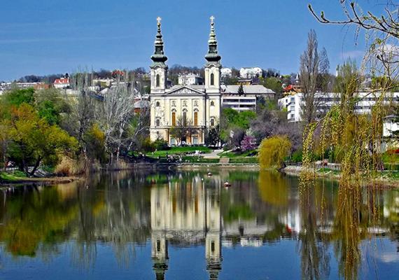 A Budapest XI. kerületében található Feneketlen-tóhoz számos mendemonda kapcsolódik, legyen szó a mélyén talált kincsekről, vagy épp arról a legendáról, mely szerint vize egykor olyan gyorsan tört elő a föld alól, hogy a helyi munkások közül is odavesztek sokan, hátrahagyva szerszámaikat, melyek holttesteikkel együtt máig a mélyben nyugszanak. Ha többet szeretnél tudni a helyről és a legendák igazságtartalmáról, kattints ide!