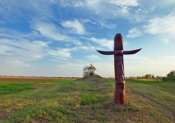Földhalom Szabadkígyós és Kétegyháza között. A területen egy Árpád-kori temetőt is feltártak.