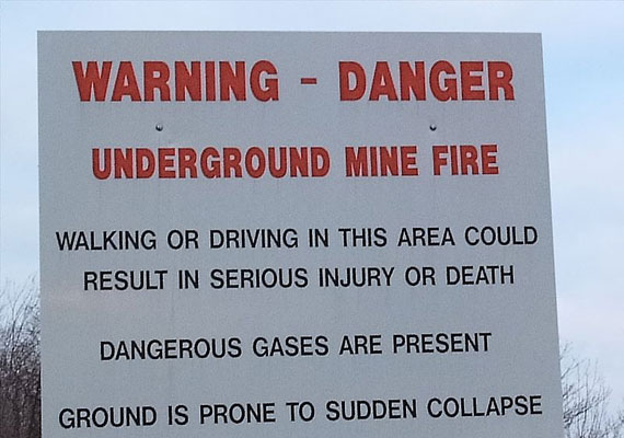 Bár táblákkal is figyelmeztetik az ide utazókat, sokan nem veszik komolyan a kockázatot, és a saját szemükkel szeretnék látni a lángoló helyet.