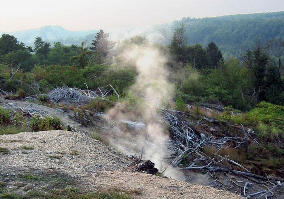 A tűz hulladék égetése közben keletkezett, melyet nem tudtak eloltani, így átterjedt az itt található bányák szénkészleteire. Bár rengeteg pénzt költöttek a megfékezésére, nem jártak sikerrel, és a kutatók szerint egészen addig nem fog változni a helyzet, amíg a környéken található összes szén el nem ég.