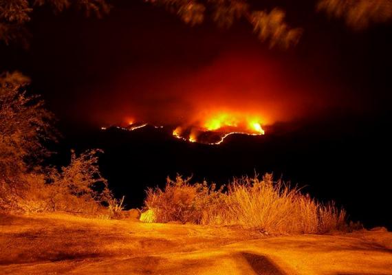 Az ausztráliai Burning Mountain, vagyis Égő hegy a becslések szerint már több mint hatezer éve lángolhat. Arra vonatkozóan, hogy mi gyújthatta meg a hegy belsejében található szénrétegeket, számos feltételezés létezik, akár egy villámcsapás is lehetett. Kattints ide, és tudj meg többet!