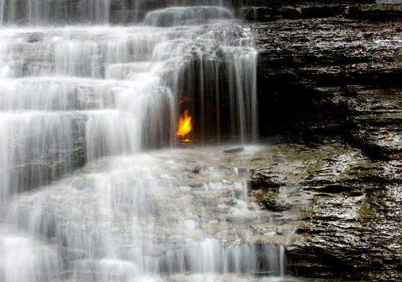 Az amerikai egyesült államokbeli Chestnut Ridge Nemzeti Parkban található a híres Eternal Flame Waterfall, vagyis az Örök tűz vízesés, melynek lángjait a szivárgó metángáz tartja életben.
