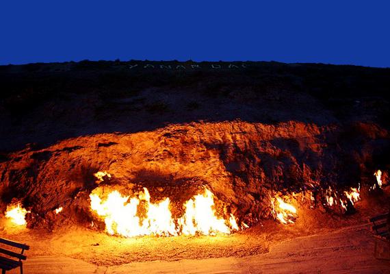 Az azerbajdzsáni Yanar Dag területén szintén a feltörő gázok miatt ég a tűz.