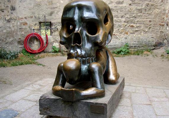 A prágai Man and Skull, vagyis Ember és koponya nevű alkotás Kafka munkássága előtt tiszteleg.