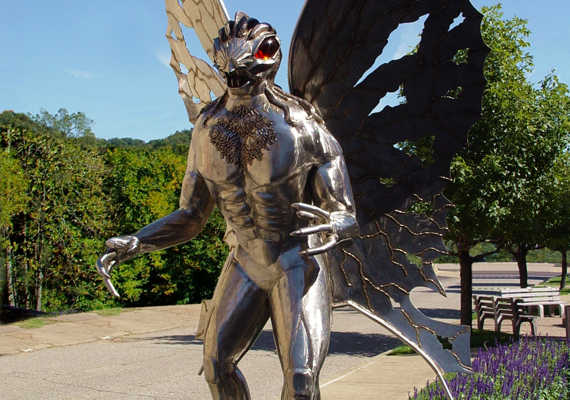 Az amerikai Point Pleasantben található Molyember-szobor az egykor a várost kísértő szörnyalakról emlékezik meg.