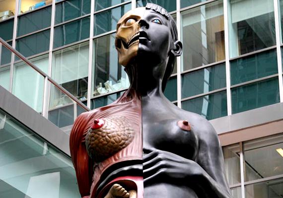 Damien Hirst brit alkotó felkavaró szobra, a Virgin Mother, vagyis a Szűz anya Londonban található.