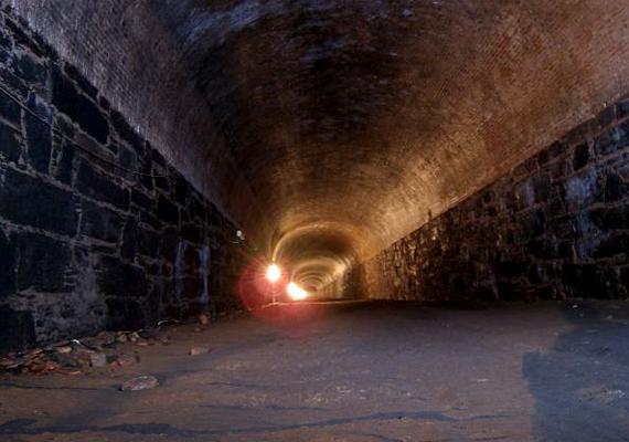 A Brooklyn alatt húzódó Atlantic Avenue a legöregebb közlekedési alagút Észak-Amerikában, de talán az egész világon is. 1844-ben építették, mára azonban elhagyatott hellyé vált.