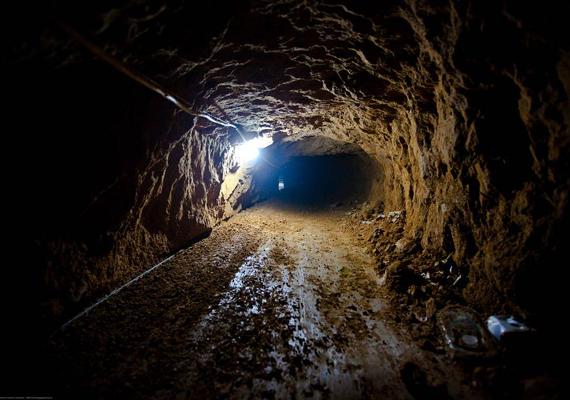 A mexikói Tijuana alatt húzódik egy olyan alagút is, melyet az Egyesült Államok és Mexikó hivatalos személyei használnak, azonban számos olyan föld alatti útvonalat is felfedeztek, melyeken a legádázabb bűnözők csempésznek drogot a két ország között, így az itt-tartózkodás kifejezetten életveszélyes.