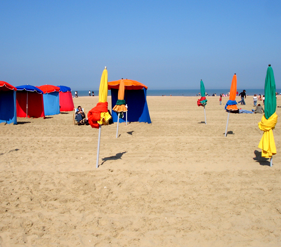 A franciaországi, filmfesztiváljáról híres Deauville a nyaralók és a pihenő sztárok körében is igen népszerű.