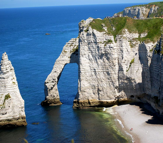 A francia Etratat egészen a 18. század óta kedvelt nyaralóhelye a hírességeknek. Gyönyörű sziklái láttán ez nem is csoda.