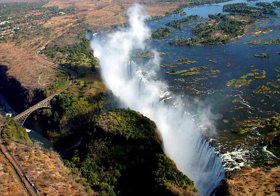 A Zambia és Zimbabwe határán található Viktória-vízesés 1700 méter szélesen robajlik a néhol 108 méteres mélységbe.