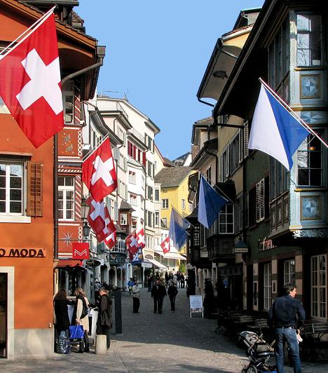 Zürich, Svájc                         Zürich Svájc legnagyobb városa, mely egy tó partján, több mint négyszáz méterrel a tenger szintje fölött fekszik. Amellett, hogy magas az életszínvonal, számos történelmi látnivalót, valamint kikapcsolódási lehetőséget is a magáénak tudhat.