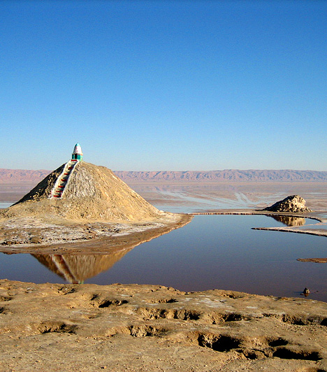 Chott el Djerid, TunéziaTunézia kopár, sivatagi területe mára népszerű úti céllá vált, köszönhetően annak, hogy e furcsa vidéken forgatták le a Csillagok háborúja-trilógia azon jeleneteit, melyek Luke Skywalker gyermekkorának helyszínén, a Tatooine-bolygón játszódtak.