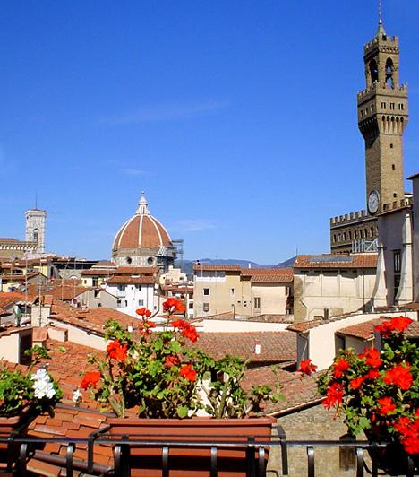 Firenze, OlaszországA Szoba kilátással című klasszikus kosztümös filmben, mely az Edward-kori angol társadalom korhű keresztmetszete, a firenzei Hotel degli Orafi szolgált az ifjú arisztokrata, a Helena Bonham Carter által megformált Lucy és gardedámja szálláshelyéül. Az 1990-es években felújított szálloda ma is működik.