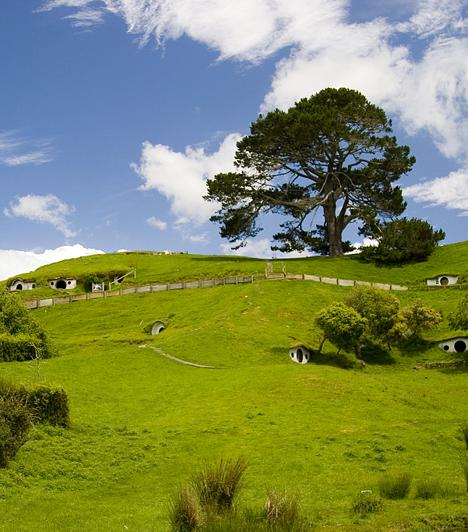 Hinuera-völgy, Új-Zéland  Új-Zéland idegenforgalmának utóbbi években bekövetkező nagymértékű növekedése A gyűrűk ura-trilógiának is köszönhető, melynek lélegzetelállító felvételeinek az ifjú ország adott otthont. A hobbitok falva a Hinuera-völgyben ma is megtekinthető.