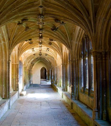 Lacock-apátság, Nagy-BritanniaBár a Harry Potter-filmek jeleneteinek jó részét számítógéppel generálták, számos valóságos helyszín adott otthont a forgatásoknak. Ezek közé tartozik Dursley-ék háza Berkshire-ben vagy az iskola belső tereit és a tantermeket megjelenítő Lacock-apátság Wiltshire-ben.