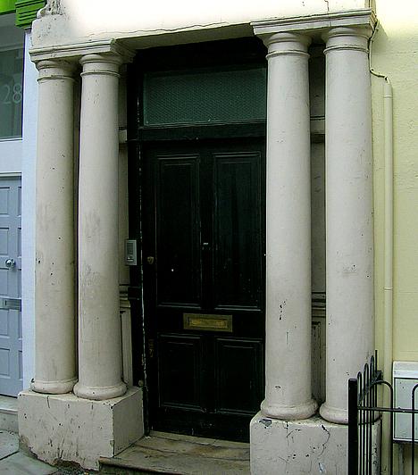 Notting Hill, Nagy-BritanniaA londoni Notting Hillt az azonos című, magyarul Sztárom a párom címre keresztelt film bemutatása után még többen látogatják meg. A legnépszerűbb helynek a piac, illetve Hugh Grant kék ajtaja számít - ami manapság már csak feketén látható.