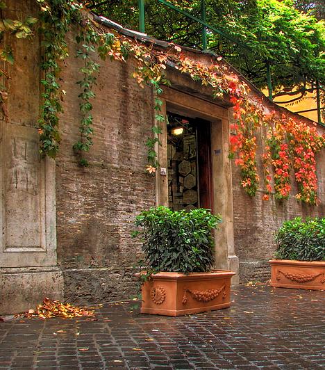 Via Margutta, OlaszországAudrey Hepburn 1953-as filmje, a Római vakáció összes helyszínének maga Róma adott otthont, közöttük a Spanyol lépcső, a Colosseum, a Trevi-kút vagy épp a Gregory Peck által megformált amerikai újságíró - a valóságban is létező - apartmanja a Via Margutta 51-es szám alatt.
