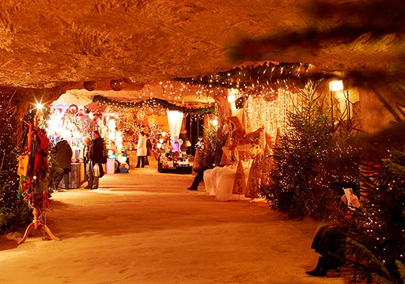 A holland Valkenburg barlangrendszere, a Velvet Caves szokatlan, mégis ideális helyszínéül szolgál a karácsonyi készülődésnek. A Gemeentegrot - nevének jelentése önkormányzati barlang - ad otthont az egyik legnagyobb és legősibb föld alatti karácsonyi piacnak Európában. A látogatókat a karácsonyfákon, csodás fényeken és finomságokon kívül falfestmények, szobrok és hangulatos zene várja.