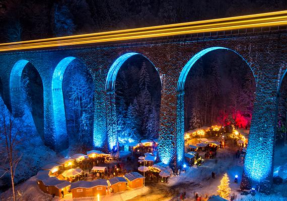 A németországi karácsonyi vásárok amúgy is híresek, ám az egyik legeredetibb minden bizonnyal a Fekete-erdőben, Freiburg közelében található Hochschwarzwald karácsonyi vására. A vad, lélegzetelállító környezet, a mítoszok és legendák övezte völgy a négy adventi hétvégére ünnepi díszbe öltözik. A grandiózus híd alá több mint negyven kereskedő költözik, akik helyi kézműves termékekkel, egyedi ajándékokkal és különleges finomságokkal kínálják a vendégeket.