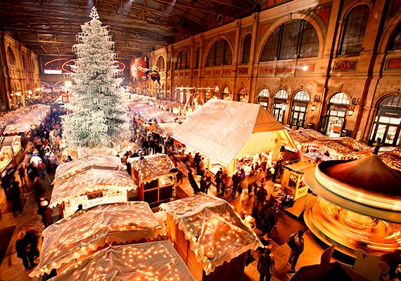 A pályaudvarok általában nem a meghitt, családias hangulatról híresek, ezt azonban megcáfolja a svájci Zürich központi állomása, ami Európa legnagyobb beltéri karácsonyi vásárának ad otthont. A vonatok mellett ilyenkor 150 díszes házikó, rengeteg ajándékötlet és egy csillogó, Swarowski kristályokkal teli, hatalmas karácsonyfa várja a vendégeket.