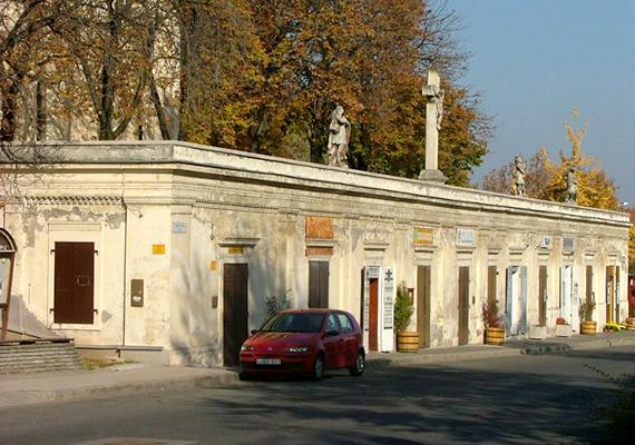 A második leggazdagabb településnek Paks számít, amely elsősorban atomerőművének köszönheti a mai napig tartó dinamikus fejlődést. A város azonban nemcsak erről híres, ismert látnivalója és műemléke például az Erzsébet Nagy Szálloda, ahol egykor számos korabeli híresség - például Liszt Ferenc vagy Deák Ferenc - megfordult, de érdemes megcsodálni a régi kúriákat, a Makovecz Imre által tervezett Szentlélek-templomot vagy a bazársort - a képen ez utóbbi látható.