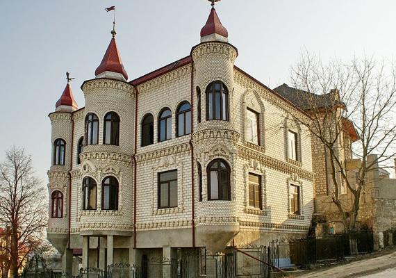 A moldovai Sorocában a cigány közösségnek saját negyede van, melyben számos ehhez hasonlóan díszes palota áll. Itt nézhetsz meg további képeket a településről.