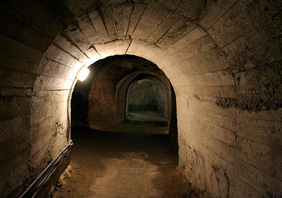 A ma is kísérteties látványt nyújtó, csehországi Znojmo-katakombák egykor védelmi célt töltöttek be, a lakosok túlélését egy esetleges támadás esetén hosszabb ideig tudták volna biztosítani.