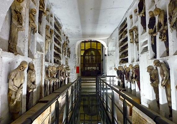 Az olaszországi, palermói katakombákat a világ legfélelmetesebb helyei között tartják számon, nem véletlenül, ugyanis körülbelül nyolcezer mumifikálódott holttestet őriznek, melyek közül az elsők a 15. századból származnak. Ha szeretnél többet megtudni a helyről, kattints korábbi cikkünkre!