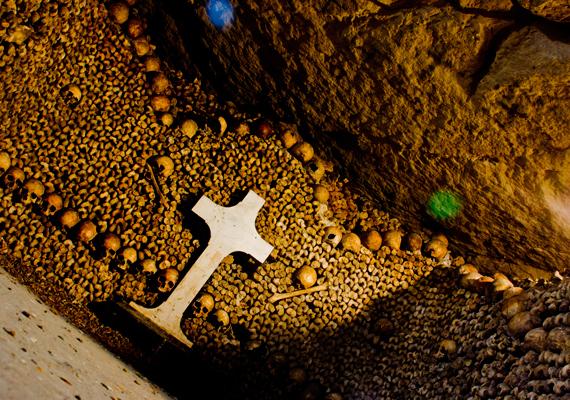 A párizsi katakombák - melyek egy része szintén látogatható - hatmillió ember csontjait őrzik, és állítólag háromszáz kilométer hosszan húzódnak a fények városa alatt. Ha részletesebben is érdekel a téma, kattints ide, és nézd meg erről szóló cikkünket!