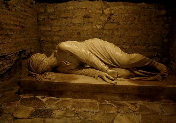 A Róma és környéke alatt húzódó katakombarendszer részeként eddig 54 katakombát tártak fel, melyek közül öt ma látogatható is. Mindeddig több mint hétmillió sírt fedeztek fel a régészek. Ha többet szeretnél tudni, és további képeket is megnéznél, kattints ide!