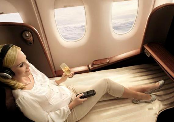 Ha a felhők hanyatt dőlve élvezett látványa nem lenne elég, a képernyőn is számos program közül lehet választani a Singapore Airlines járatán.