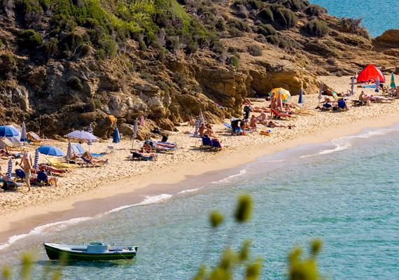 A Little Banana Beach, mely Skiathos szigetén található, Görögország egyik legkedveltebb naturista strandja.