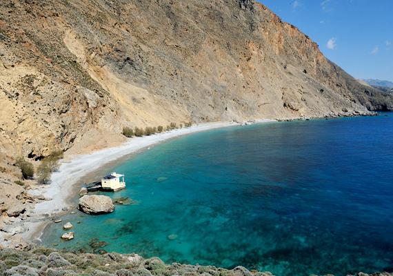 A Krétán található Glyka Nera Chora Sfakion városától nem messze fekszik. A sok látogató ellenére is érintetlennek tűnik, ugyanakkor ételt és italt lehet kapni a strandon, valamint napernyők is bérelhetők.