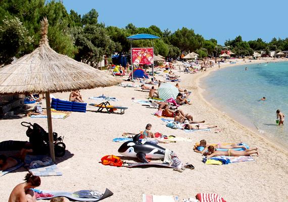 A horvátországi Rovinjtól nem messze található a Valalta nevű naturista üdülőhely, melyet még az 1960-as években alapítottak. Népszerűsége azóta is töretlen.